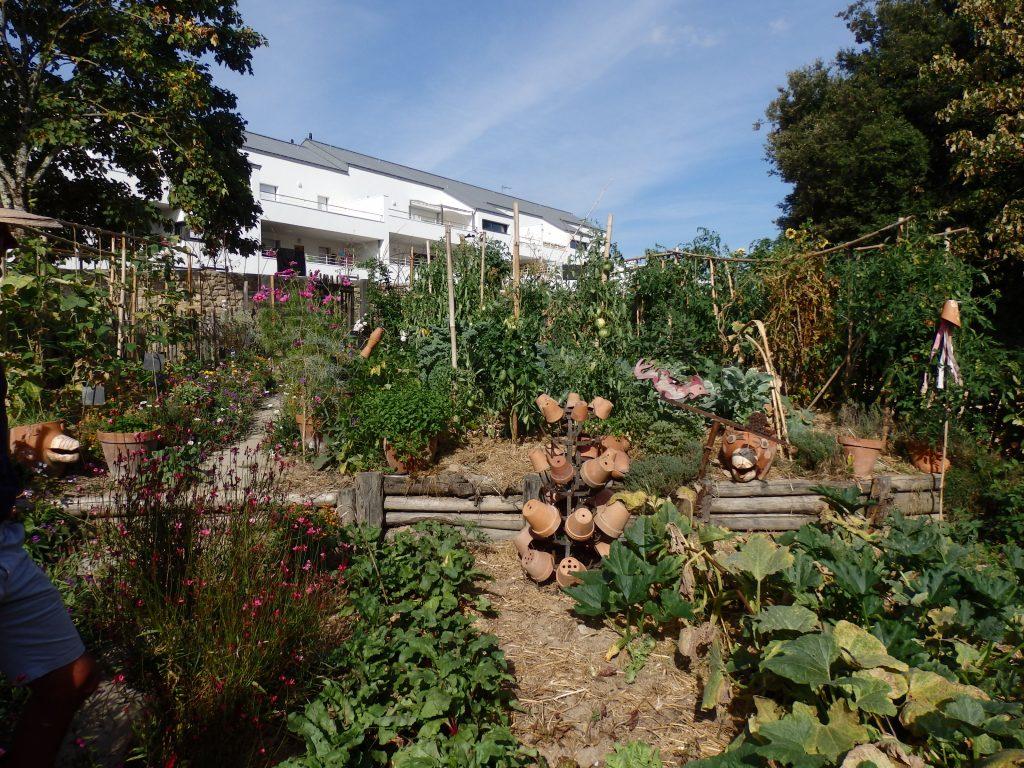 Jardin paysager provence besancon maison design - Petit jardin maternal la plata amiens ...