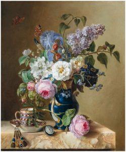 Vase de fleurs avec une tasse, montre et rose sur un entablement de marbre